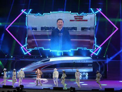 La imagen de Xi Jinping en una pantalla durante un espectáculo de celebración del día nacional de China, el viernes.