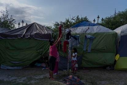 Una familia tiende su ropa en el campamento de migrantes en Reynosa, Tamaulipas