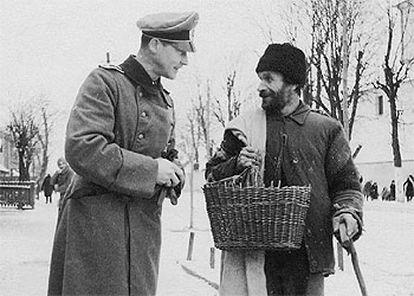 Hosenfeld, en el invierno de 1939, con un judío polaco, en Wegrow.