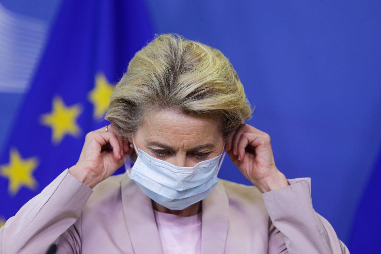 La presidenta de la Comisión Europea, Ursula Von der Leyen, se quita la máscara en Buselas el 8 de septiembre.