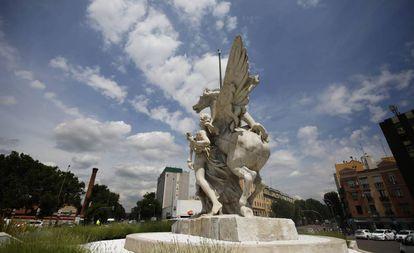 El caballo de la obra La Gloria y los Pegasos, instalado en la plaza de Legazpi, sin la cola.