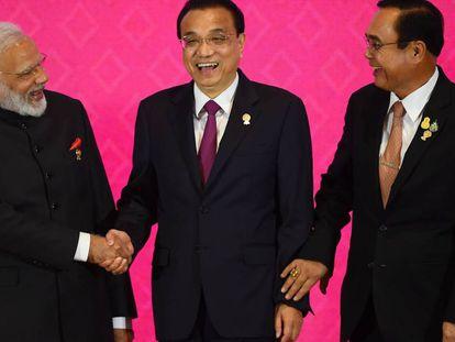 El primer ministro indio, Narendra Modi, junto a sus homólogos chino, LiKeqiang, y tailandés, Prayut Chan-O-Cha, el lunes en Bangkok.