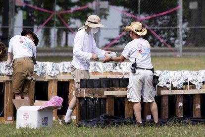 Varios trabajadores preparan el terreno en Washington para la celebración del 4 de julio.