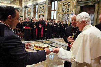 El papa Benedicto XVI recibe una tarta de frutas de parte de la fundación papal.