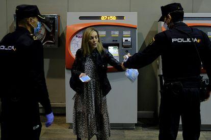 Una viajera en la estación de Santa Justa de Sevilla, este lunes.