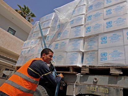Un camión cargado con ayuda humanitaria de la Agencia de la ONU para los refugiados palestinos, en el paso fronterizo de Kerem Shalom, entre Israel y Gaza, este viernes.