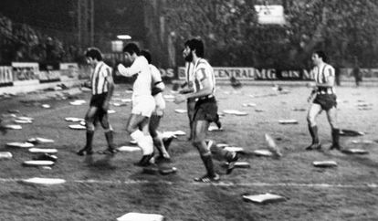 Almohadillas en El Molinón en el Sporting-Madrid.