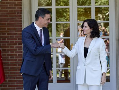 El presidente del Gobierno, Pedro Sánchez, recibe a la presidenta de la Comunidad de Madrid, Isabel Díaz Ayuso, el 9 de julio de 2021.
