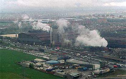 Vista aérea de las emisiones de una acería en el polígono industrial de Villaverde en Madrid.