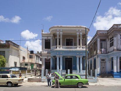 Dos hombres revisan el motor de un viejo turismo en La Habana, 2010.