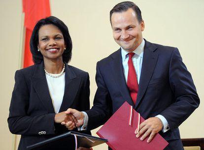 Condoleezza Rice y el ministro de Exteriores polaco, después de firmar el acuerdo sobre el escudo antimisiles.
