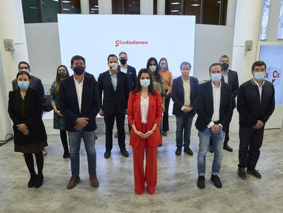 Inés Arrimadas, rodeada de dirigentes de su nueva ejecutiva.