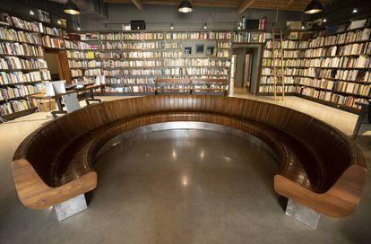 Theaster Gates compró un edificio vacío en CHicago y lo transformó en un híbridoo de hogar y espacios públicos para la comunidad. Las estanterías contiene 14.000 libros de arte que se llevó de una librería cerrada. |
