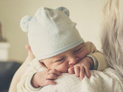 Si estás rodeado de bebés y niños no tengas ningún problema en cogerlos en brazos, acariciarlos, calmarlos y darles aquello que necesiten.