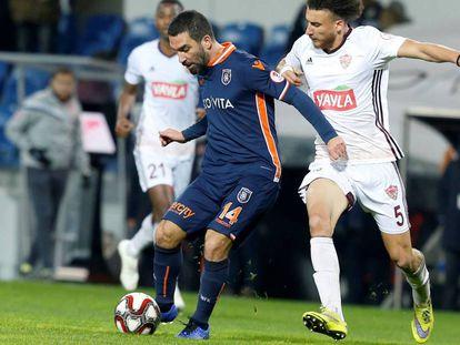 Arda Turam protege el balón con la camiseta del Basaksehir.