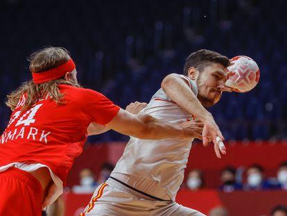 Alex Dujshebaev lanza y Mikkel Hansen intenta frenarle durante el partido entre España y Dinamarca.