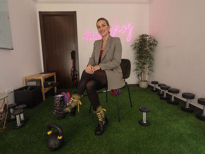 Verónica Costa, entrenadora profesional más conocida en Internet como Vikika, en su domicilio de Las Rozas (Madrid) en enero de 2021.