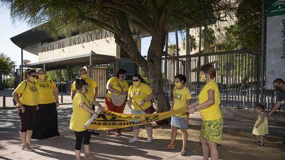 Miembros del movimiento Escuelas de Calor, el día 14 de agosto frente a la sede de la Consejería de Educación andaluza, en Sevilla.