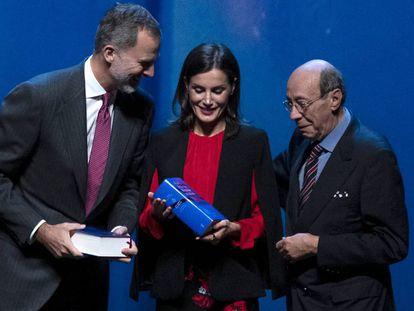 Los Reyes reciben este viernes en Sevilla las 'Obras completas' de Cervantes de manos del académico Francisco Rico.