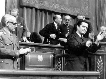 Suárez y Gutiérrez Mellado aplauden la aprobación del Proyecto de Reforma Política, que articuló la transición democrática española, en noviembre de 1976.