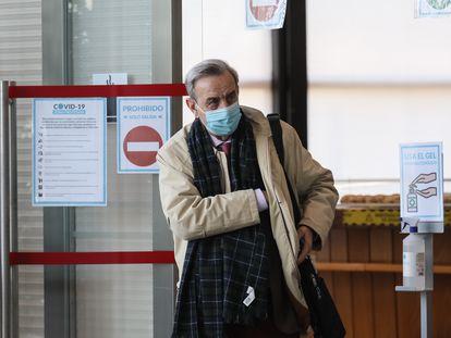Antonio Burgueño, exasesor sanitario de la Comunidad de Madrid, de camino a la sala de la Asamblea de Madrid donde ha declarado este viernes.
