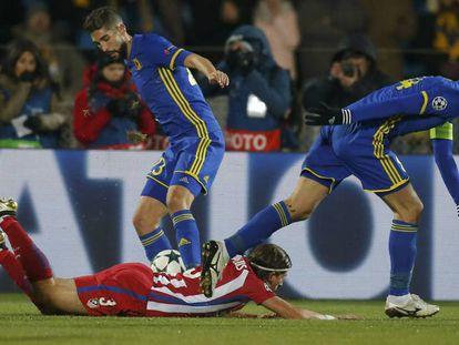 Filipe Luis cae al suelo.