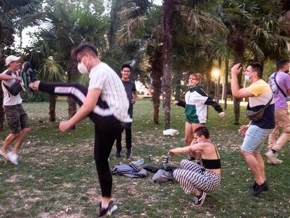 Un grupo de chavales baila y hace botellón en los jardines del templo de Debod, el pasado viernes.