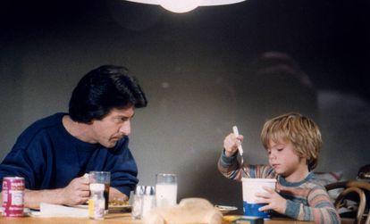 Dustin Hoffman habla con su hijo en la ficción, interpretado por Justin Henry, en la película 'Kramer contrar Kramer', que consiguó cinco Oscars en 1979.