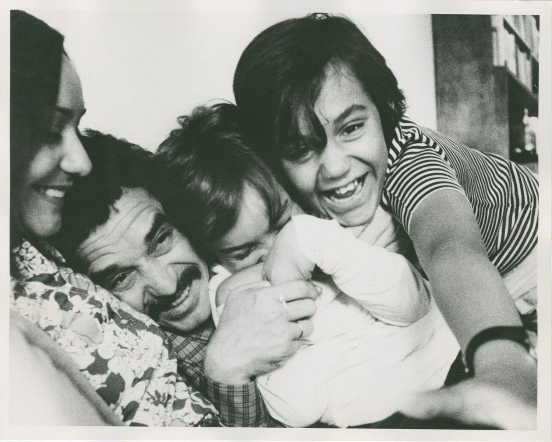 García Márquez, acompañado de su esposa, Mercedes Barcha, y de sus hijos, Gonzalo y Rodrigo.