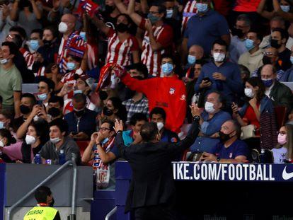 Simeone, de espaldas, reclama el apoyo de la afición rojiblanca durante Atlético-Barcelona