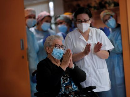 Josefa Pérez, de 89 años, la primera persona en recibir la vacunación contra el coronavirus en Cataluña, en la residencia de ancianos Feixa Llarga, en L'Hospitalet de Llobregat (Barcelona).