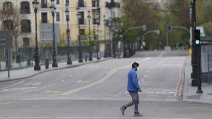 Un hombre pasea por la madrileña calle Bailén completamente vacía, el pasado 16 de abril.