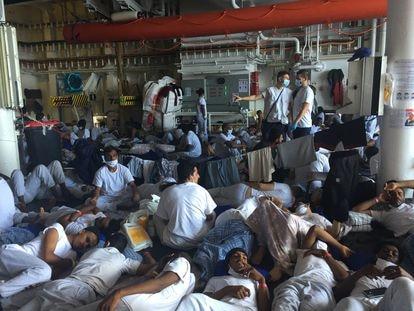 Migrantes a bordo del 'Geo Barents' descansan tras el reparto diario de comida.