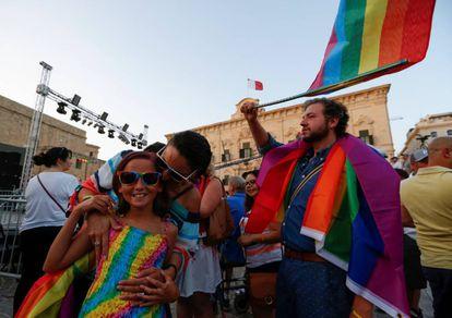 Varias personas celebran la aprobación del matrimonio entre personas del mismo sexo este miércoles en La Valeta.