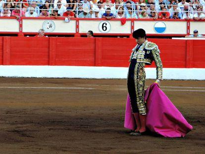 Andrés Rocar Rey citando capote a la espalda en Santander.