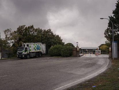 Un camión de basura sale del Parque Tecnológico de Valdemingómez en diciembre de 2019.