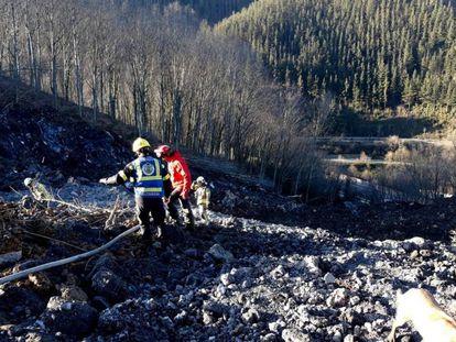 Imagen de los trabajos en el desprendimiento de la AP-8. En vídeo, los equipos de rescate suspenden la búsqueda tras encontrar amianto.
