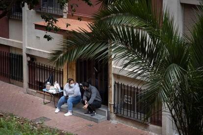 Raquel y David, en Ciutat Meridiana, a primera hora, antes de la llegada de otros vecinos para concentrarse y de la comitiva judicial.