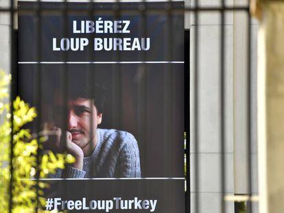 Un cartel en Francia llama a la liberación del periodista francés Loup Bureau, detenido en Turquía.