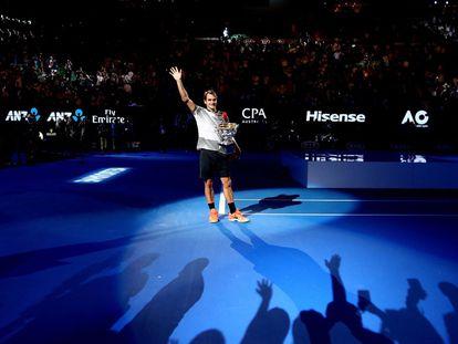 Roger Federer saluda a los aficionados tras proclamarse ganador de Open de Australia.