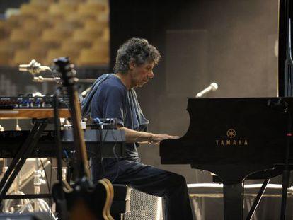 Chick Corea, al piano, en una prueba de sonido de la edición del Festival de Jazz de Vitoria de 2013.
