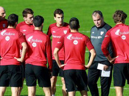 Bielsa y jugadores del Athletic durante el entrenamiento de ayer, en Lezama.