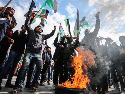 Jóvenes palestinos protestan contra el llamado 'acuerdo del siglo', ayer en Gaza.