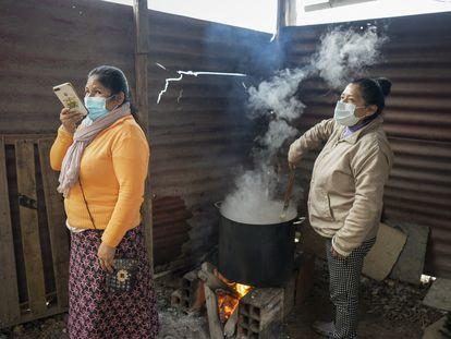 Aurelia De la Cruz prepara comida en la olla común del asentamiento humano Paraíso, un distrito de Lima sur este 29 de agosto.