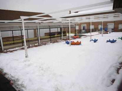 El colegio CEIP Rosa Luxemburgo cerrado por la nieve este miércoles 20 de enero