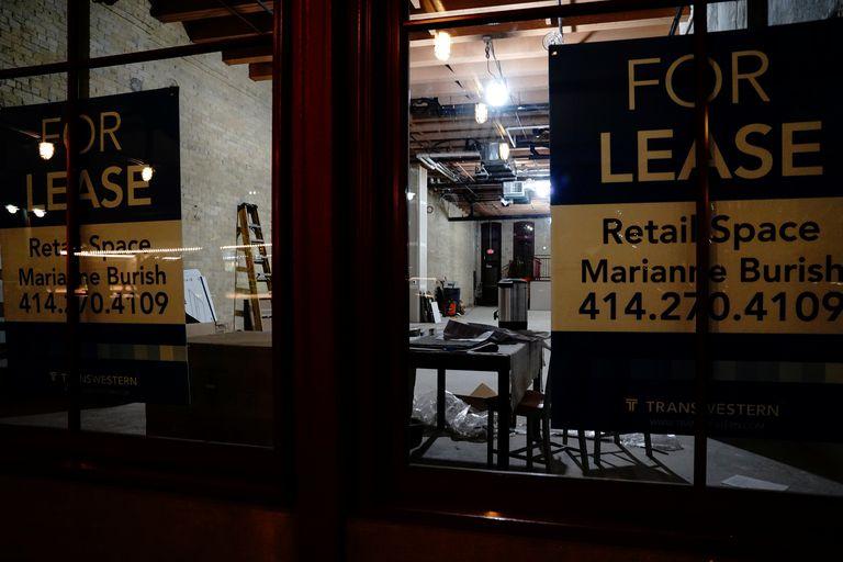 """Un local cerrado exhibe carteles de """"Se alquila"""" en el vecindario de Third Ward de Milwaukee, Wisconsin, el 31 de octubre de 2020."""