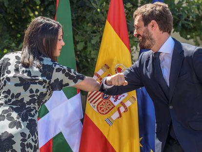 El presidente del Partido Popular, Pablo Casado, y la presidenta de Ciudadanos, Inés Arrimadas, se saludan al inicio del acto central de campaña de la coalición PP+C´s para las elecciones en el País Vasco en verano de 2020.