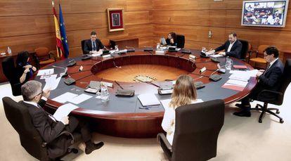 Consejo de Ministros extraordinario, este domingo en el complejo de La Moncloa.