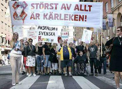 Representantes de la Iglesia luterana marchan junto a los homosexuales en Estocolmo.