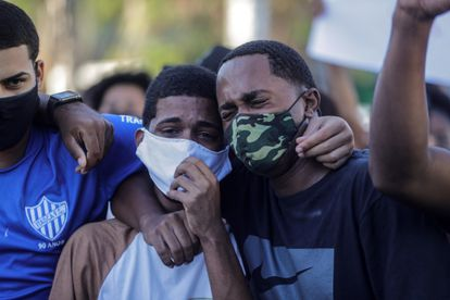 Dos jóvenes lloran durante el entierro de Joao Pedro Matos Pinto, en la ciudad de Sao Gonçalo, vecina de Río de Janeiro (Brasil).